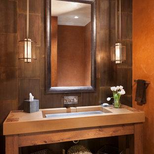 Immagine di una stanza da bagno moderna di medie dimensioni con lavabo integrato, nessun'anta, ante in legno scuro, top in cemento, piastrelle marroni, piastrelle in metallo, pareti marroni e parquet chiaro