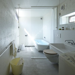 modern bathroom by no.555