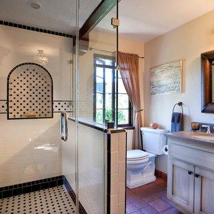 Immagine di una stanza da bagno mediterranea con lavabo sottopiano