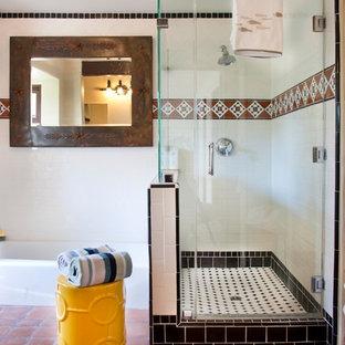 Идея дизайна: главная ванная комната среднего размера в средиземноморском стиле с угловым душем, белыми стенами, полом из терракотовой плитки и белой плиткой