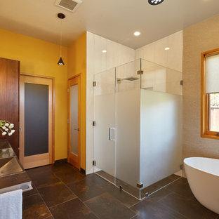 Mittelgroßes Modernes Badezimmer En Suite mit integriertem Waschbecken, Schrankfronten mit vertiefter Füllung, hellbraunen Holzschränken, freistehender Badewanne, bodengleicher Dusche, Wandtoilette, grauen Fliesen, Keramikfliesen, Keramikboden, beiger Wandfarbe, Edelstahl-Waschbecken/Waschtisch, buntem Boden und Falttür-Duschabtrennung in San Francisco