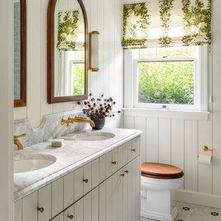 Foto de cuarto de baño clásico con armarios con paneles lisos, puertas de armario grises, paredes blancas, suelo con mosaicos de baldosas, lavabo bajoencimera y encimeras blancas