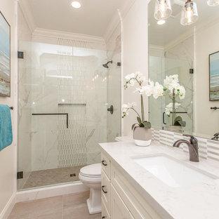 Idee per una stanza da bagno con doccia chic con ante in stile shaker, ante bianche, doccia alcova, WC a due pezzi, piastrelle grigie, piastrelle bianche, piastrelle a listelli, pareti bianche, lavabo sottopiano, pavimento beige, porta doccia a battente e top bianco