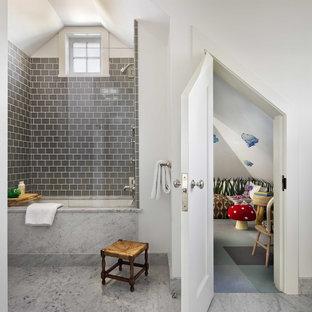 Ejemplo de cuarto de baño infantil, costero, de tamaño medio, con combinación de ducha y bañera, baldosas y/o azulejos grises, bañera encastrada sin remate, paredes blancas, suelo de mármol y suelo gris