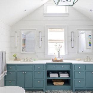 Esempio di una stanza da bagno stile marinaro con ante lisce, ante blu, pareti bianche, lavabo sottopiano, pavimento grigio e top bianco
