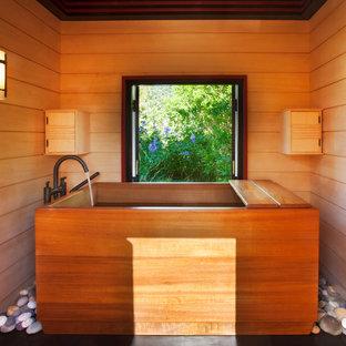 Modelo de cuarto de baño de estilo americano, pequeño, con bañera japonesa, paredes amarillas, suelo de pizarra y suelo negro