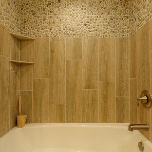 Esempio di una piccola stanza da bagno padronale stile marino con vasca ad alcova, piastrelle beige, piastrelle in ceramica, pareti beige, pavimento con piastrelle in ceramica, lavabo sottopiano, top in quarzite, ante a persiana, ante in legno chiaro, vasca/doccia e WC a due pezzi