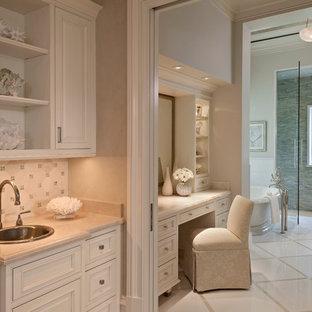 Esempio di un'ampia stanza da bagno padronale stile marinaro con lavabo da incasso, ante con riquadro incassato, ante bianche, vasca freestanding, doccia alcova, piastrelle verdi, piastrelle a listelli e pareti beige
