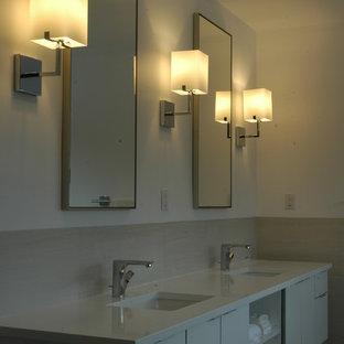 Mittelgroßes Modernes Badezimmer En Suite mit Unterbauwaschbecken, flächenbündigen Schrankfronten, weißen Schränken, Recyclingglas-Waschtisch, offener Dusche, Wandtoilette mit Spülkasten, beigefarbenen Fliesen und Porzellanfliesen in Miami
