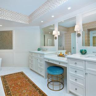 Idéer för att renovera ett mellanstort vintage vit vitt en-suite badrum, med luckor med infälld panel, vita skåp, ett fristående badkar, spegel istället för kakel, beige väggar, marmorgolv, ett undermonterad handfat, bänkskiva i kvarts och vitt golv