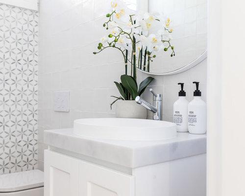 Kleines Modernes Badezimmer Mit Schrankfronten Im Shaker Stil, Weißen  Schränken, Whirlpool, Wandtoilette