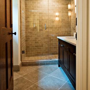 Ejemplo de cuarto de baño principal, clásico renovado, grande, con lavabo bajoencimera, armarios estilo shaker, puertas de armario de madera en tonos medios, encimera de mármol, ducha empotrada, baldosas y/o azulejos beige, baldosas y/o azulejos de terracota y paredes blancas