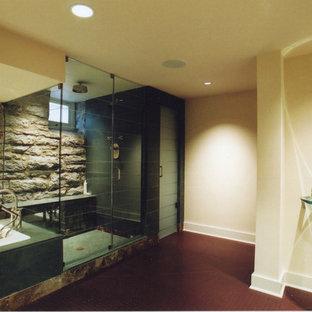 Imagen de cuarto de baño con ducha, tradicional renovado, extra grande, con lavabo suspendido, ducha empotrada, sanitario de una pieza, losas de piedra, paredes blancas, suelo de linóleo y bañera encastrada