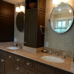 Ejemplo de cuarto de baño principal, clásico renovado, grande, con lavabo bajoencimera, armarios estilo shaker, puertas de armario de madera en tonos medios, encimera de ónix, baldosas y/o azulejos beige, baldosas y/o azulejos de terracota y suelo de travertino