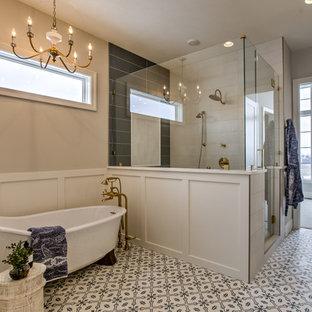 Idéer för att renovera ett stort lantligt vit vitt en-suite badrum, med ett fristående badkar, en hörndusch, svart och vit kakel, vit kakel, grå väggar, flerfärgat golv, dusch med gångjärnsdörr, luckor med infälld panel, vita skåp, keramikplattor, cementgolv och ett fristående handfat