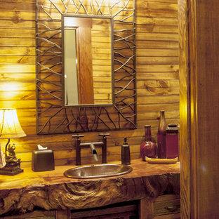 Imagen de cuarto de baño con ducha, rústico, pequeño, con armarios tipo mueble, puertas de armario de madera en tonos medios, suelo de madera en tonos medios, lavabo encastrado, encimera de madera y suelo marrón