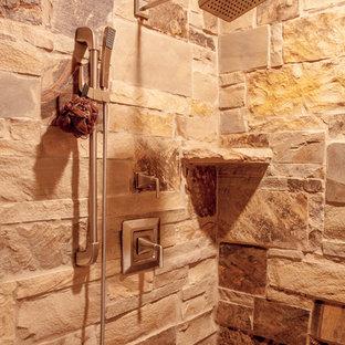 Kleines Rustikales Badezimmer En Suite mit verzierten Schränken, beigen Schränken, freistehender Badewanne, Eckdusche, weißer Wandfarbe, Porzellan-Bodenfliesen, Einbauwaschbecken, Beton-Waschbecken/Waschtisch, grauem Boden und offener Dusche in Sonstige