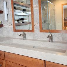 Modern Bathroom by Bella Domicile