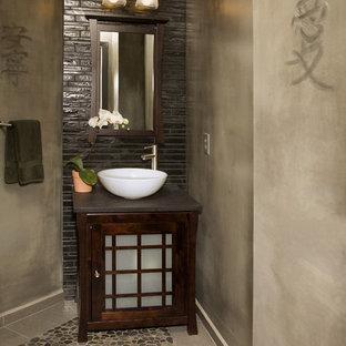 Modelo de cuarto de baño de estilo zen, pequeño, con lavabo sobreencimera, armarios tipo mueble, puertas de armario de madera en tonos medios, encimera de cuarzo compacto, baldosas y/o azulejos marrones, baldosas y/o azulejos de cerámica, paredes beige y suelo de baldosas tipo guijarro