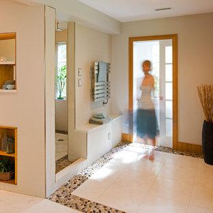 Imagen de cuarto de baño principal, actual, de tamaño medio, con suelo de baldosas tipo guijarro, suelo de baldosas tipo guijarro, ducha abierta, sanitario de una pieza, paredes beige, lavabo encastrado y ducha abierta