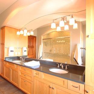 Modelo de cuarto de baño con ducha, clásico renovado, de tamaño medio, con armarios estilo shaker, puertas de armario de madera clara, ducha empotrada, sanitario de una pieza, baldosas y/o azulejos grises, baldosas y/o azulejos de mármol, paredes grises, suelo de pizarra, lavabo bajoencimera, encimera de cuarzo compacto, suelo gris y ducha con puerta corredera