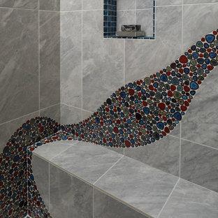 Ispirazione per una stanza da bagno design di medie dimensioni con ante in legno scuro, vasca da incasso, doccia ad angolo, WC monopezzo, piastrelle multicolore, piastrelle di ciottoli, pareti bianche, pavimento in legno massello medio, lavabo da incasso, top in cemento, porta doccia a battente e top grigio