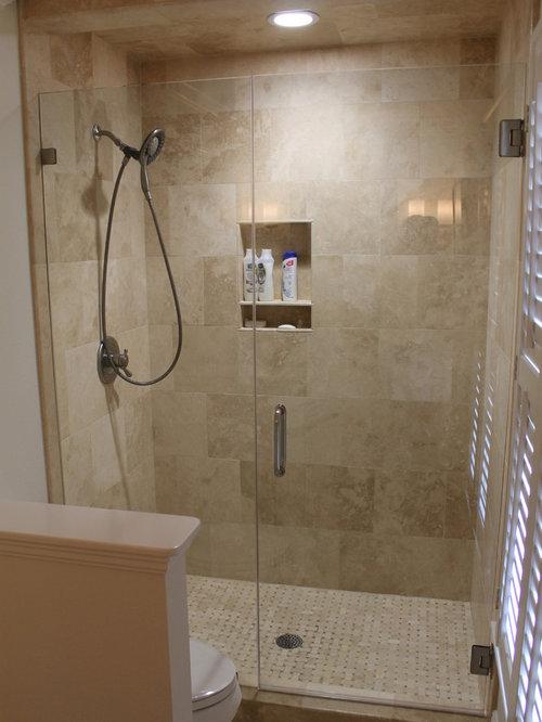 Salle de bain avec un sol en carrelage de terre cuite et for Trompe l oeil porte placard