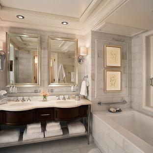Inredning av ett klassiskt mellanstort en-suite badrum, med luckor med infälld panel, skåp i mörkt trä, ett undermonterat badkar, marmorkakel, vita väggar, marmorgolv, ett undermonterad handfat, marmorbänkskiva och vitt golv