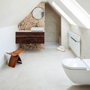 Idee per una grande stanza da bagno minimal con ante lisce, ante marroni, zona vasca/doccia separata, WC sospeso, pareti bianche, pavimento grigio e doccia aperta