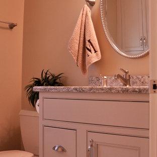 Свежая идея для дизайна: маленькая ванная комната в классическом стиле с фасадами в стиле шейкер, серыми фасадами, столешницей из искусственного кварца, керамогранитной плиткой, бежевыми стенами, полом из керамогранита и душевой кабиной - отличное фото интерьера