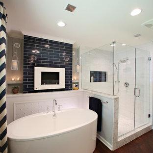 Inspiration för stora moderna en-suite badrum, med luckor med infälld panel, vita skåp, ett fristående badkar, en öppen dusch, blå kakel, keramikplattor, grå väggar, mörkt trägolv, marmorbänkskiva, en toalettstol med hel cisternkåpa och ett undermonterad handfat