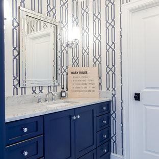 Imagen de cuarto de baño infantil, de estilo de casa de campo, de tamaño medio, con puertas de armario azules, paredes azules y suelo gris