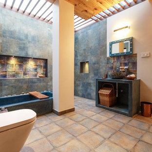 Неиссякаемый источник вдохновения для домашнего уюта: главная ванная комната в восточном стиле с открытыми фасадами, угловой ванной, инсталляцией, коричневой плиткой, разноцветными стенами, настольной раковиной, столешницей из бетона и бежевым полом