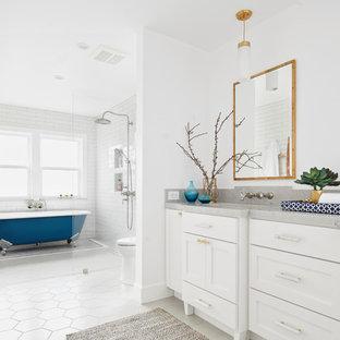 Ejemplo de cuarto de baño principal, costero, de tamaño medio, con armarios estilo shaker, puertas de armario blancas, bañera con patas, combinación de ducha y bañera, baldosas y/o azulejos blancos, baldosas y/o azulejos de cemento, paredes blancas, lavabo bajoencimera, suelo blanco, ducha abierta, encimeras grises y encimera de cuarcita