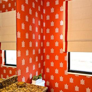 Salle de bain avec des portes de placard marrons et un mur orange ...