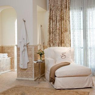 Modelo de cuarto de baño clásico con baldosas y/o azulejos marrones