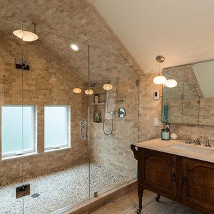 Foto di una stanza da bagno chic con lavabo sottopiano, consolle stile comò, ante in legno bruno, doccia alcova, piastrelle beige, pavimento con piastrelle di ciottoli e piastrelle in travertino