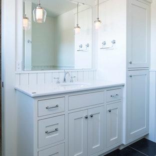 Immagine di una stanza da bagno con doccia country di medie dimensioni con ante in stile shaker, ante bianche, pareti bianche, pavimento in ardesia, lavabo sottopiano e top in superficie solida
