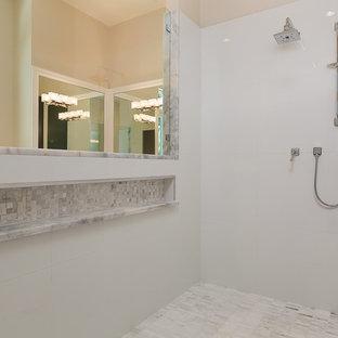 Foto di una grande sauna tropicale con piastrelle grigie, piastrelle in ceramica, pareti grigie, pavimento con piastrelle in ceramica e top piastrellato