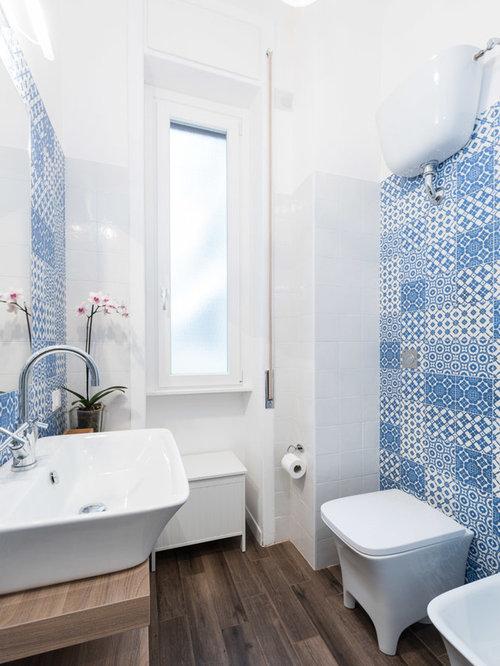 foto di una piccola stanza da bagno marinara con lavabo a consolle nessunanta