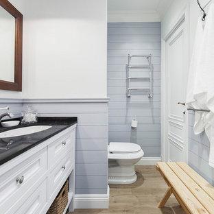 Неиссякаемый источник вдохновения для домашнего уюта: ванная комната среднего размера в стиле современная классика с белыми фасадами, врезной раковиной, столешницей из гранита, фасадами с утопленной филенкой и серыми стенами