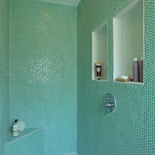 Idee per una stanza da bagno padronale minimalista di medie dimensioni con lavabo a bacinella, consolle stile comò, ante in legno scuro, top in quarzo composito, doccia doppia, WC monopezzo, piastrelle verdi, piastrelle in ceramica, pareti bianche e pavimento con piastrelle in ceramica