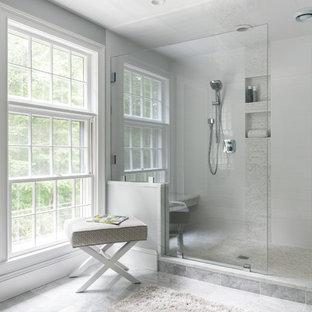 Idéer för mellanstora vintage vitt en-suite badrum, med en dusch i en alkov, vit kakel, grå väggar, grått golv, dusch med gångjärnsdörr, möbel-liknande, vita skåp, marmorgolv, ett undermonterad handfat och bänkskiva i akrylsten