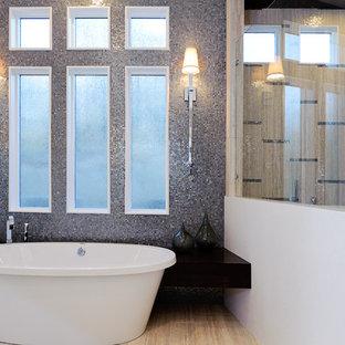Ispirazione per una grande stanza da bagno padronale chic con vasca freestanding, doccia ad angolo, piastrelle marroni, pareti bianche, parquet chiaro, piastrelle di vetro, pavimento beige e porta doccia a battente