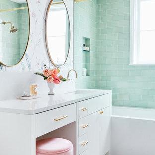 サンフランシスコの広いトランジショナルスタイルのおしゃれなマスターバスルーム (フラットパネル扉のキャビネット、白いキャビネット、アルコーブ型浴槽、洗い場付きシャワー、緑のタイル、マルチカラーの壁、大理石の床、アンダーカウンター洗面器、白い床、シャワーカーテン、白い洗面カウンター、ニッチ、洗面台1つ、造り付け洗面台、壁紙、磁器タイル) の写真