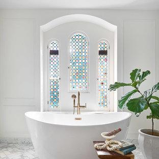 シカゴの中くらいのトランジショナルスタイルのおしゃれなマスターバスルーム (置き型浴槽、白い壁、白い床、フラットパネル扉のキャビネット、濃色木目調キャビネット、コーナー設置型シャワー、分離型トイレ、白いタイル、セラミックタイル、大理石の床、一体型シンク、大理石の洗面台、開き戸のシャワー、白い洗面カウンター、ニッチ、洗面台1つ、造り付け洗面台、折り上げ天井) の写真