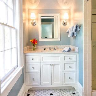 Idee per una stanza da bagno chic con piastrelle a mosaico, ante con riquadro incassato, ante bianche, doccia alcova, piastrelle bianche, pareti blu, pavimento in gres porcellanato, lavabo sottopiano, top in marmo, pavimento bianco, porta doccia a battente e top grigio