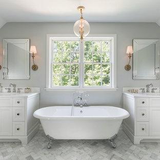 Свежая идея для дизайна: большая главная ванная комната в классическом стиле с фасадами с утопленной филенкой, белыми фасадами, ванной на ножках, мраморным полом, столешницей из искусственного кварца, душем над ванной, серыми стенами, консольной раковиной, каменной плиткой и белой плиткой - отличное фото интерьера