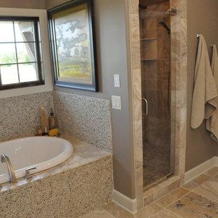 Foto de cuarto de baño principal, de estilo americano, pequeño, con lavabo encastrado, bañera encastrada, ducha empotrada, baldosas y/o azulejos beige, suelo de baldosas tipo guijarro, paredes grises y suelo de baldosas de cerámica