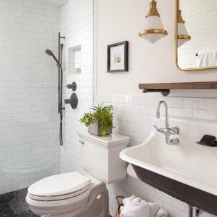 Immagine di una stanza da bagno con doccia classica con nessun'anta, ante nere, doccia a filo pavimento, piastrelle bianche, piastrelle in gres porcellanato, pareti bianche, pavimento in marmo, lavabo rettangolare, pavimento nero e doccia aperta